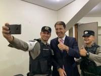 Andrey Azeredo recebe visita de agradecimento do tenente Salustiano, PM que comemorou com a torcida do Goiás