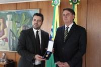 Dr. Gian entrega medalha para o presidente Bolsonaro