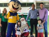 Presidente da Câmara entrega presentes da campanha dos Correios no CMEI Condomínio Rio Branco