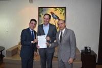 Vereadores entregam pedido de pontuação da Medalha Francisco Januário a Presidente da Alego